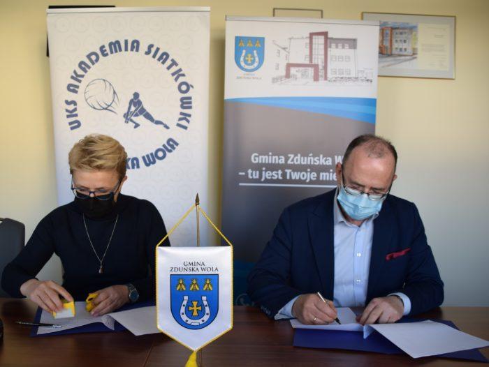 Podpisanie umowy. Od lewej: Anna Danielska - Prezes UKS Akademia Siatkówki. Od prawej: Henryk Staniucha - wójt Gminy Zduńska Wola.
